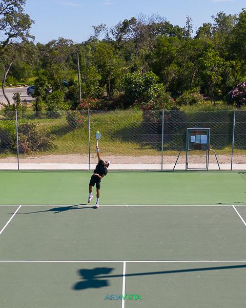 tennisman au service